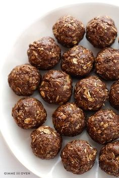 Chocolate Peanut Butter No-Bake Energy Bites (Naturally Sweetened). These chocolate peanut butter no-bake energy bites taste just like a cookie, although they are full of protein and naturally sweetened. Protein Energy Bites, Peanut Butter Energy Bites, No Bake Energy Bites, Peanut Butter No Bake, Energy Snacks, Protein Snacks, Chocolate Peanut Butter, High Protein, Energy Bars