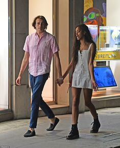 Does malia Obama has a boyfriend? Malia Obama spotted in Mayfair London with her White boyfriend as he smokes a cigarette Malia And Sasha, Malia Ann, Barack Obama Family, Mayfair London, Maila, Barack And Michelle, Photo Couple, First Daughter, Cute Couples Goals