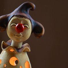Lucerna - i šašci mají velké sny výška 38 , rozměr dna 17cm x 16cm Do šáši se vejde i několik čajových svíček . Pierot může těšit jak v zahradě , tak interiéru . Clay People, Clay Creations, Smurfs, Pottery, Sculpture, Fictional Characters, Night Lights, Art, Projects To Try