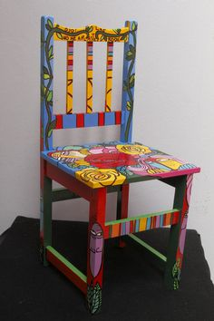 Repaint old furniture and make your kitchen great again! Painted Kitchen Tables, Hand Painted Chairs, Whimsical Painted Furniture, Painted Stools, Hand Painted Furniture, Funky Furniture, Paint Furniture, Furniture Decor, Funky Chairs