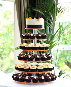 Orange, Black, and White cupcakes... Fall or Halloween... Really cute idea!