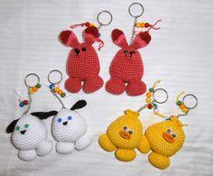 ANIMALITOS EN LLAVEROS Y LAPIZ A CROCHET Crochet Gratis, Crochet Toys, How To Start Knitting, Learn To Crochet, Cat Crafts, Diy And Crafts, Crochet Key Cover, Plastic Bag Crochet, Handmade Soft Toys