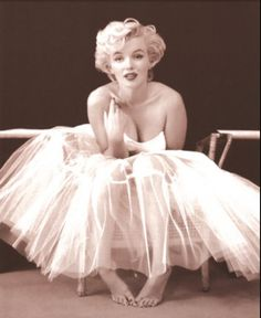 Marilyn Monroe photographed by Milton Greene during their ballerina sitting. One of my all time fave photos. Marylin Monroe, Fotos Marilyn Monroe, Marilyn Monroe Poster, Marilyn Monroe Makeup, Marilyn Monroe Hairstyles, Audrey Hepburn, Hollywood Glamour, Old Hollywood, Hollywood Stars