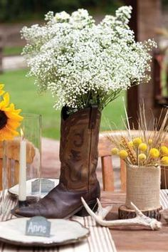 De la gypsophile dans des bottes de cowboy/santiags - thème vintage/campagnard western country Baby's Breath tucking into a boot Western-inspired tablescape / http://www.deerpearlflowers.com/rustic-budget-friendly-gypsophila-babys-breath-wedding-ideas/3/