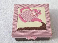 Caixa de chá com 4 divisórias Linda peça em patch sem costura, com detalhes de vies, laço chanel, etc. Interna pintada e envernizada com detalhes em tecido nas repartições R$ 40,00