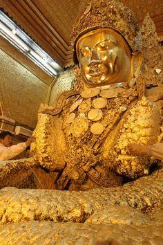 Myanmar.  Buda de la Mahamuni Pagoda en Mandalay. Tiene una capa de oro de 15 cm de grosor; miles y millones de laminas de pan de oro que los creyentes -hombres, a las mujeres no se les permite acercarse ni tocarlo- han ido colocando desde hace siglos.