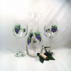 Decanter and wine glass set hand painted grapes por DeannaBakale Glass Art Design, Wine Glass Set, Painted Wine Glasses, Home Wedding, Decanter, House Warming, Anniversary Gifts, Champagne, Hand Painted