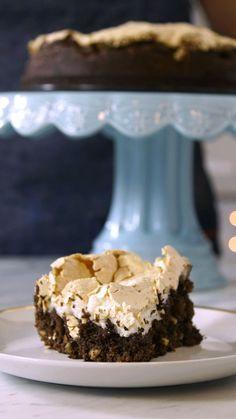 Ninguém resiste a esse delicioso e fácil brownie com merengue assado!