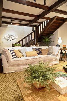 Sala de estar de uma casa praiana. Fotografia: Mariana Boro / Divulgação.