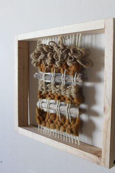 Taller de diseño textil – Alina Silva – – ed mckee 506 – weberei Pin Weaving, Weaving Art, Tapestry Weaving, Loom Weaving, Weaving Wall Hanging, Creative Textiles, Weaving Textiles, Weaving Projects, Diy Carpet
