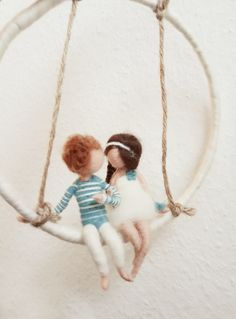 Mobile ♡ Love is in the air ♡ This beautiful mobile is handmade from sheep wool. Diameter of the mobile is about 20 cm. Thanks to the integrated wire, the couple is flexible and can … - HOME DECOR Wool Dolls, Felt Dolls, Wet Felting, Needle Felting, Diy Laine, Mobiles, Felt Fairy, Felt Mouse, Love Is In The Air