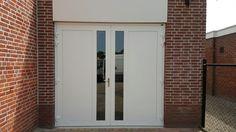 Deze openslaande garagedeuren bestaan uit een volledig vlakke plaat en verticaal, helder HR++ glas. De deuren zijn volledig geïsoleerd, inclusief geïsoleerd kozijn, voorzien van een RVS deurkruk en drie-dimensionaal verstelbare scharnieren.