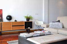 Salón Cube Deco. Aparador de madera y acero y sofás de lino. En el medio, diseño de Cube Deco: cajón con dos partes, una tapizada que hace de reposapiés y otra de acero para utilizar como mesita de centro. #muebles #salón #decoración #interiorismo #ACoruña