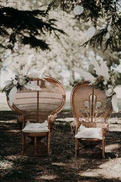 Mariage en plein air, Chaise de paon pour cérémonie laïque Mariage cool et boho  Majenia Design