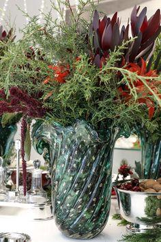 Arranjos especiais para o Natal feitos pela Milplantas em casos de Murano da coleção Paula Bassini.