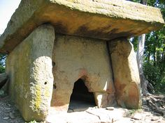 Over dolmens & other Neolithic structures can be found in the North-Western Caucasus mountains. Ancient Mysteries, Ancient Ruins, Ancient History, Stonehenge, Ancient Artefacts, Ancient Civilizations, Cairns, Site Archéologique, Unusual Homes