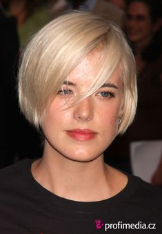 Hairstyles With Clips Agyness Deyn - - hairstyle - easyHairStyler.Hairstyles With Clips Agyness Deyn - - hairstyle - easyHairStyler Thick Hair Updo, Fine Hair Updo, Fine Hair Bangs, Bob Hairstyles With Bangs, Haircuts For Fine Hair, Fringe Hairstyles, Bridal Hairstyles, Headband Hairstyles, Grey Hair Short Bob