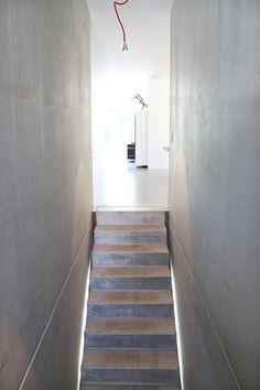 Sichtbeton Treppe _ Bauhaus Villa in München: minimalistischer Flur, Diele & Treppenhaus von 2P-raum® Architekten