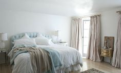 Shabby chic bedroom - is a popular decorating style, because it makes use of well-worn items and antique or abandoned home goods. Using shabby chic Shabby Chic Interiors, Shabby Chic Bedrooms, Master Bedroom Design, Home Bedroom, Calm Bedroom, Airy Bedroom, Bedroom Colours, Serene Bedroom, Bedroom Ideas