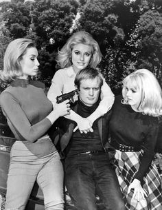 Actresses Danica D'Hondt, Sharon Tate and Kathy Kersh pose with David McCallum on the set of The Man From U. I didn't know Sharon Tate was on that show! Spy Shows, Great Tv Shows, Old Tv Shows, Sharon Tate, Roman Polanski, Oliver Twist, Man From Uncle Tv, Codename U.n.c.l.e, Tv Shows