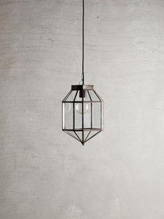 Deze lantaarn van Tine K Home is met zijn industriële uitstraling een stoere accessoires in huis.