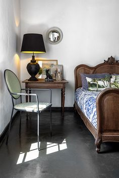 The guest bedroom is decorated with antique furniture and a Delft-print bedcover from Babylonstoren. Little Cottages, Small Cottages, Little Houses, South African Homes, Masters Chair, Narrow House, Old Cottage, Green Rooms, Wet Rooms