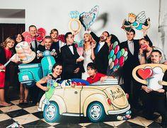 grupo-de-invitados-en-la-boda-posando-con-piezas-de-photocall