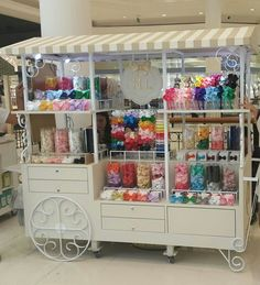 Resultado de imagem para como montar um quiosque de laços Craft Booth Displays, Store Displays, Hair Bow Display, Sweet Carts, Workbench Designs, Craft Markets, Store Design, Craft Fairs, Home Crafts