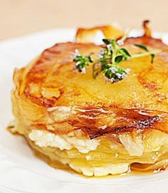 Potato Cake with Goat Cheese and Fresh Thyme I Love Food, Good Food, Yummy Food, Batatas Hasselback, Vegetarian Recipes, Cooking Recipes, Salty Foods, Potato Dishes, No Cook Meals