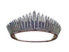 Fueron los Romanov los primeros en ordenar a sus joyeros el diseño tiaras conocidas como Kokoshnik o rayos de sol. Fue Dagmar  (María Federovna) la zarina de Rusia quien la puso de moda y sirvió de inspiración a Garrard  joyero de la Casa Real británica,al que Alejandra de Dinamarca (princesa de Gales) pidió en el año 1888 una copia de la de su hermana, la emperatriz de Rusia.   La tiara Fringe de la reina Mary fue la elegida por la reina Isabel para su boda  con Felipe de Edimburgo en 1947.