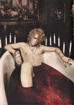 Kamijo tomando un baño de sangre.. así casual xD