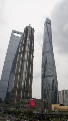 Shanghai World Financial Center (SWFC), Jin Mao Tower und Shanghai Tower: Hier sind die höchsten Gebäude von Shanghai (China) auf einem Bild vereint. Nacheinander haben sie sich den Rekord abgejagt. Als eines der höchsten Gebäude der Welt mit Aussichtsplattform ist der Shanghai Tower eine der besonderen Sehenswürdigkeiten in Shanghai. Reisetipps & Erfahrungen im Blog! *klick* #abenteuer Shanghai, Us Travel, Travel Guide, Peking, China, Skyscraper, Dubai, Cities, Multi Story Building