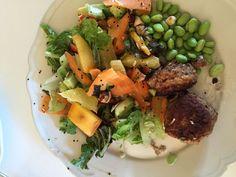 Fiskefrikadeller med frisk salat og bønner