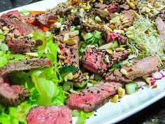 Salada asiática com carne picante grelhada http://cozinhatravessa.com.br/post/receita-de-salada-asiatica-com-carne-picante-grelhada/