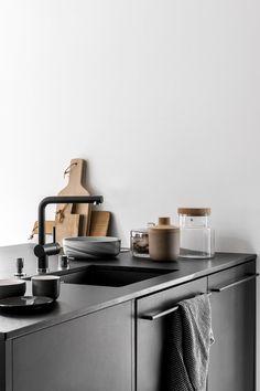 Mooie zwarte keuken wordt versterkt door de witte muren. Deco met hout, kurk en glas. Beautiful black kitchen - via cocolapinedesign.com