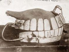 Dentadura postiza de George Washington - Museo Nacional de Odontología en Baltimore, Maryland. Dientes tallados en marfil de hipopótamo y elefante. Con resortes de oro para mantener los dientes superiores e inferiores juntos.