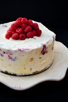 Deep Lemon Curd with Raspberries - A luxurious deep no-bake lemon cheesecake studded with fresh raspberries that's super easy to make and a real delight to make. It's a fabulous Easter bake (no-bake). Raspberry No Bake Cheesecake, Cheesecake Recipes, Easter Cheesecake, Mousse Cheesecake Recipe, Easy Lemon Cheesecake, Lemon Raspberry Cheesecake, Gluten Free Cheesecake, Raspberry Recipes, No Bake Desserts