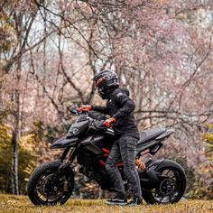 Bike Tattoos, Motorcycle Tattoos, Street Fighter Motorcycle, Motorcycle Garage, Photo Pour Instagram, Bike India, Game Of Thrones Artwork, Motorcross Bike, Ducati Hypermotard