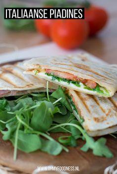 Piadines zijn razend populair in Italië en geef het eens ongelijk. Italiaanse piadines met mozzarella en rucola zijn super lekker en staan zo op tafel. Taco Wraps, Quesadilla, Tapas, Mozzarella, Finger Foods, Sandwiches, Good Food, Brunch, Food And Drink