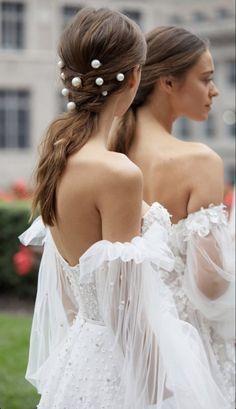 Pearls in her hair. Lee Grebenau Bridal Wedding Dress Trends, Gorgeous Wedding Dress, Wedding Hairstyles With Veil, Short Wedding Hair, Bridal Hair, Bridal Gowns, Wedding Gowns, Divas, Elegant Bride