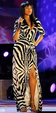 JENNIFER HUDSON    Para una presentación en Boston, la cantante eligió un vestido Roberto Cavalli con estampado de cebra.