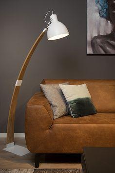 Curf to lampa podłogowa w stylu skandynawskim.  Lampa: - nadaje się do użytku ze źródłem światła LED - ma regulowany klosz - posiada włącznik / wyłącznik na kablu - wykonana jest z wysokiej jakości drewna.  W serii dostępna także wersja czarna.
