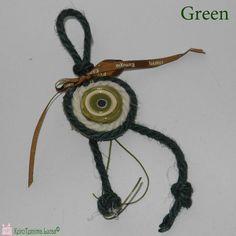 Χειροποίητο κεραμικό μάτι, δεμένο σε γούρι για το νέο έτος. Για το σχηματισμό του γουριού χρησιμοποιήθηκε γιούτα κορδόνι σε διάφορους χρωματικούς συνδυασμούς. Είναι ελληνικό προϊόν και κατασκευάζεται στο κατάστημα Lucas. Greek handmade ceramic evil eye charm with jute. Good Luck, Washer Necklace, Favors, Crochet Necklace, Charms, Ceramics, Handmade, Jewelry, Ceramica