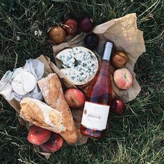 It's Picnic Season! Brunch, Picnic Date, In Vino Veritas, Aesthetic Food, Delish, Food Photography, Food Porn, Food And Drink, Snacks