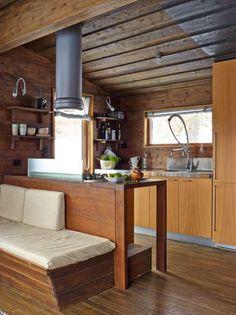 Funksjonelt og oversiktlig: Kjøkkeninnredningen fra Boffi fungerer også som ryggstøtte mot sofabenken som alltid har vært der. En glassplate hindrer sprut fra matlagingen. Åpne hyller er valgt fremfor overskap for å gi en mer luftig følelse. Høyskapet kan trekkes ut, og rommer alt av tørrvarer.