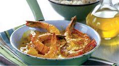 Pro milovníky plodů moře přinášíme tento recept na krevety s delikátní omáčkou. Kari jí dodá výraznou chuť i barvu, sherry sladkou navinulou příchuť a smetana vše zjemní a propojí.