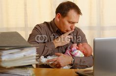 mann mit baby im büro
