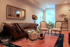 зеркало над диваном Rachel & Tiernan's Textured Townhouse
