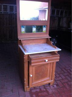 Waschkomode/Tisch  Alter sehr gut erhaltener Waschtisch/Frisierkomode mit Spiegel. Muss nur Politur zum Aufarbeiten bekommen