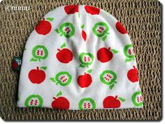 The easiest hat tutorial with good pictures (in Finnish). Sewing For Kids, Baby Sewing, Easy Sewing Projects, Sewing Tutorials, Baby Patterns, Sewing Patterns, Fleece Hats, Hat Tutorial, Sewing Accessories